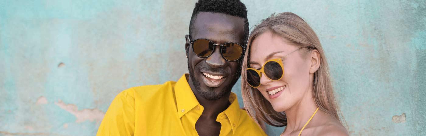 Personas llevando gafas de sol diferentes